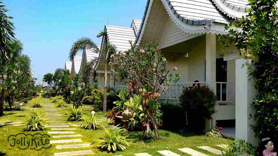 photo white bungalows Pak Nam Pran outside