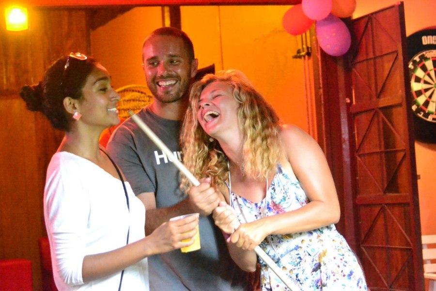 фото из бара, русско индийское веселье