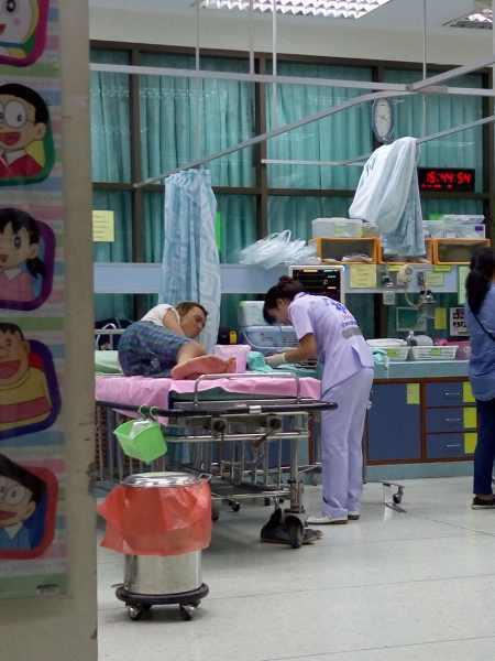 Парня зашивают в айском локальном госпитале фото