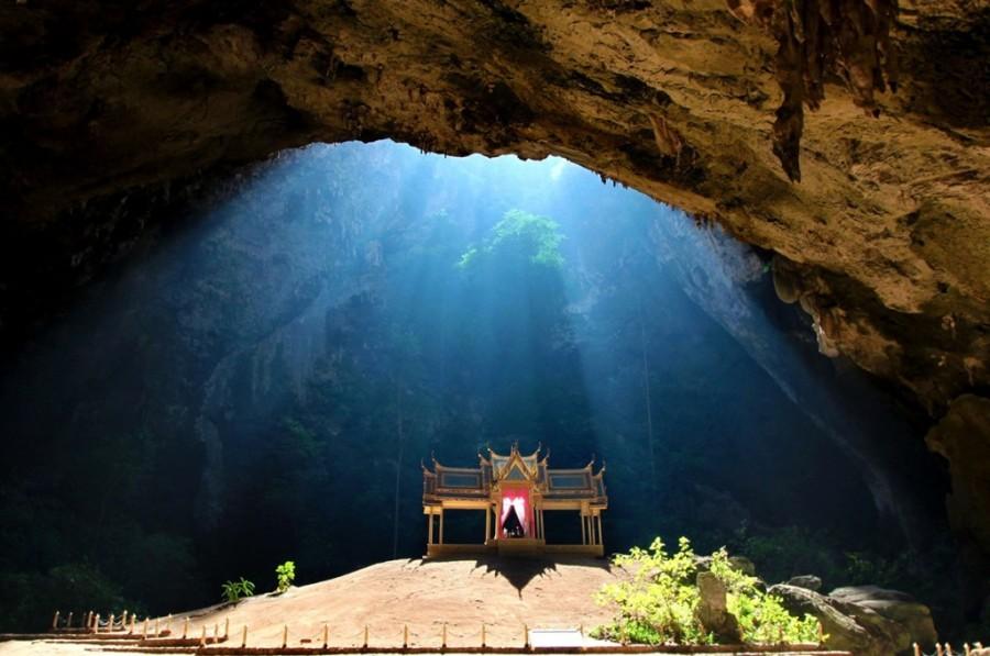 Прекрасный храм в пещере