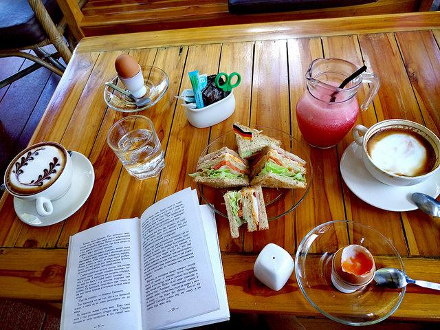 Мой завтрак в кафе: яйца, сок арбуза, каппучино. (Сендвичи трескает мой муж, которому полнота не грозит даже в самом страшном сне=))