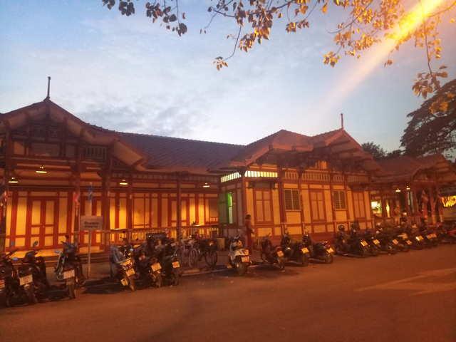 Вокзал Хуахина Вечером фото
